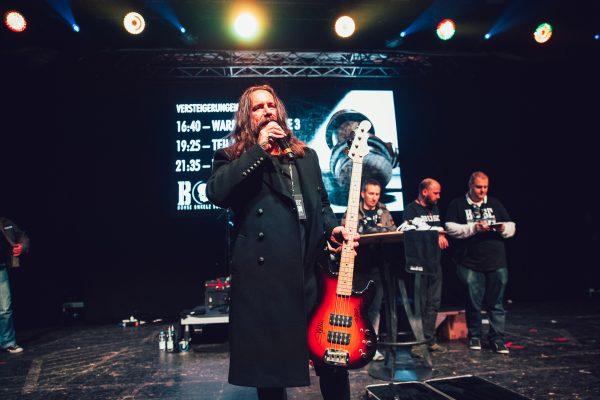 Mainhall, zweiter Part der Versteigerung - Stephan präsentiert seinen Bass