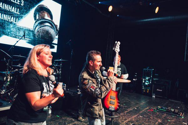 Mainhall, zweiter Part der Versteigerung - Steffen nimmt Gebote für den Bass entgegen