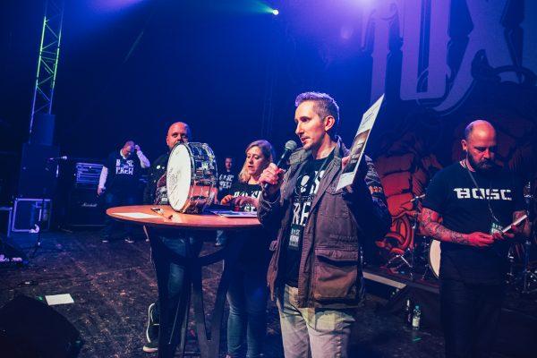 Mainhall, dritter Part der Versteigerung - Steffen nimmt Gebote für das Meet & Greet entgegen