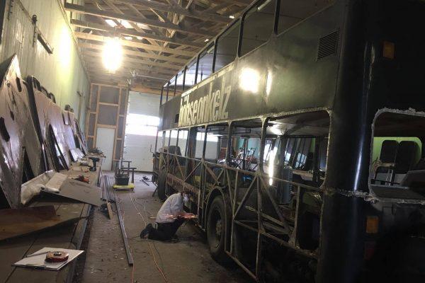 Erste Arbeiten auf der linken Bus-Seite.