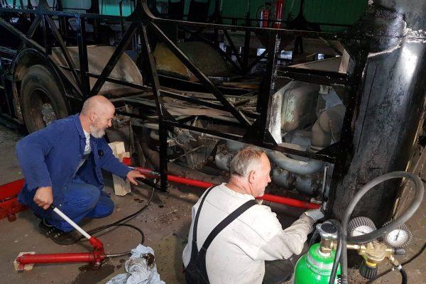 Hier wird der Heckschaden mittels Hydraulikpresse herausgedrückt.