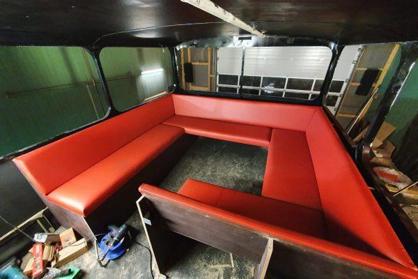 Die Sitzecke im Oberdeck erhält ihre Polster.