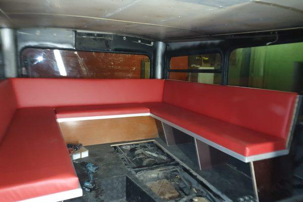 Die Sitzecke im Unterdeck. Hier konnten wir noch einige der alten Teile verwenden.
