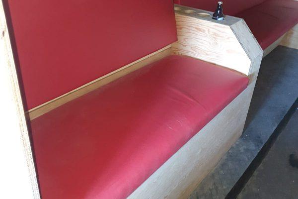 Sitzbank vorne, natürlich mit Getränkehalter.